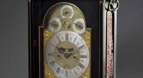 Frühe Bracket Clock in ebonisiertem Gehäuse mit Messingdekorationen und fein gesägten, gravierten Gittern, sign. Claudius Duchesne/London, um 1715