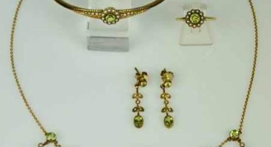 PARÜRE fünfteilig, Jugendstil: Collier, Ring in Blütenform, Paar Ohrgehänge, Armreif, jeweils besetzt mit Orientperlen und geschliffenen Peridotsteinen in Goldfassung. Mindestpreis:850 EUR