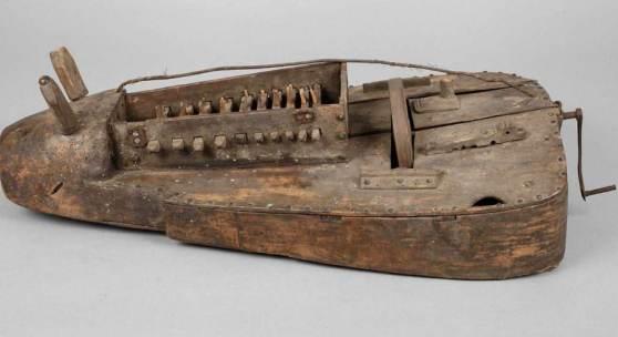 Mittelalterliche Drehleier Deutschland, 15. Jh., Kopf aus einem massiven Stück Holz gefertigt, Mindestpreis:20 EUR