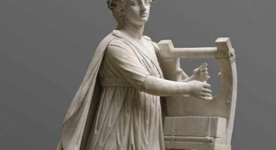 """Antonio Frilli, lebensgroße Statue Apollo um 1900, aus weißem Carrara-Marmor gehauen, auf dem Sockel seitlich signiert """"A. Frilli Firenze"""",  Aufrufpreis:55.000 EUR"""