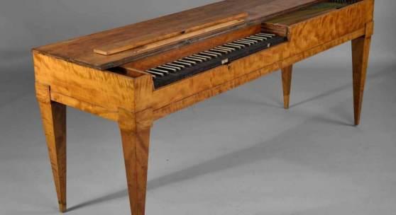 Klavichord Gebrüder Kraemer, Göttingen, um 1800, Korpus in geflammter Birke furniert, Tastatur in Elfenbein und Ebenholz, Altersspuren, H 78 x L 171 x T 55 cm. Zuschlagspreis:12.000 EUR