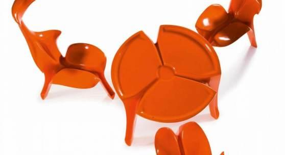 Drei Stuehle und ein Tisch 'Floris', 1967 Stuehle: H.108 x 44 x 59,5 cm; Tisch: H. 62 cm, Dm. 75 cm.  Schätzpreis:30.000 - 40.000 EUR
