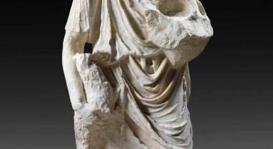 Torso eines Hirten. Römisch, 1. Jh. n. Chr. H 76cm. Aus weiß-grau gestreiftem Marmor. Unterlebensgroße Statue eines Hirten, Schätzpreis:40.000 EUR