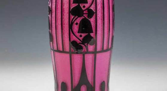 Seltene Vase Josef Hoffmann (Form- und Dekorentwurf), Loetz Wwe., Klostermühle, 1911 Rubinrosa Opalglas, überfangen mit farblosem und schwarzviolettem Glas.