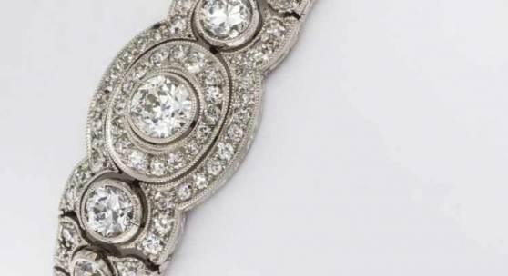 Feines Diamant-Armband Weißgold 750 (geprüft). Reich ausgefasst mit 7 Altschliff-Dia. zus. ca. 1,3 kt und ca. 160 kleinen Altschliff-Dia. und 8/8-Dia. zus. ca. 4-5 kt, Guter bis mittlerer Farb- und Reinheitsgrad. L. 17,5 cm. Ca. 26 g. 5 Steine besch. Aufrufpreis:2.900 EUR