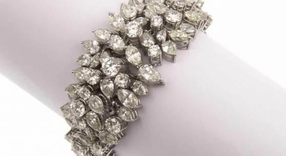 Feines Brillant-Diamant-Armband Platin. Ausgefasst mit ca. 34 Brill. zus. ca. 6-6,6 ct Aufrufpreis:12.000 EUR