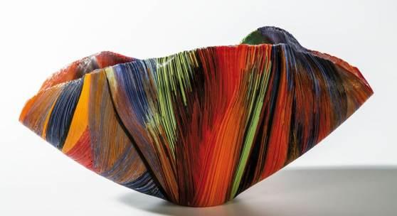 """Los 1007, Bedeutendes Schalenobjekt """"Desto"""" Mary Ann Toots Zynsky, 2003 Ausgezogene, verschmolzene und heiß verformte Farbglasfäden.  Schätzpreis:6.800 - 7.500 €"""