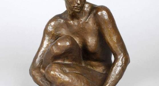 """Los 3498, Georg Kolbe, """"Sitzende"""" Entwurf 1926, monogrammiert GK, ohne Gießermarke, Bronze gold-braun patiniert, Mindestpreis: 30.000 EUR"""
