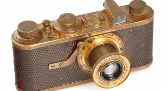 """LOT 12 I Mod. A Elmar Luxus Die allererste """"Luxus"""" (siehe Hahne Liste, Produktion begann mit Nummer 28692) in gutem 100% Originalzustand. Die Kamera mit vergoldeten Metallteilen und Reptilienleder wurde niemals restauriert und weist die typische Originalpatina auf. Nur 95 dieser Kameras wurden zwischen 1929 und 1931 produziert, teils auf Wechseloptik umgebaut, nur einige wenige Kameras sind in diesem Originalzustand bekannt ! Zustand: B/C Jahr: 1929 Seriennummer: 28692 EUR 120.000 - 140.000 (Schätzwert) EUR 70.000 (Startpreis)"""