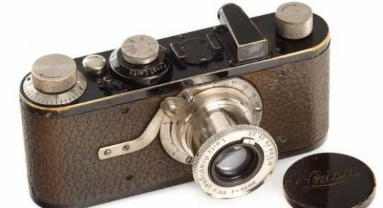 LOT 3 I Mod. A Anastigmat  Eine Weltrarität ist das erste Serienmodell der Leica im Originalzustand. Die angebotene Kamera ist eine der ganz wenigen Kameras mit allen frühen Merkmalen die niemals umgebaut, modernisiert oder restauriert wurde. Mit Expertise von Ottmar Michaely aus Wetzlar.  Zustand: B- Jahr: 1925 Seriennummer: 195  EUR 70.000 - 90.000 (Schätzwert) EUR 40.000 (Startpreis)