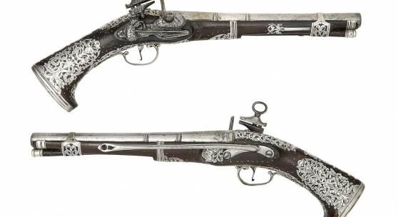 Losnummer 334: Seltenes Paar südamerikanischer Steinschlosspistolen (Typ Miquelet) vom Kaliber 20 mit Silbermontierung, Schätzpreis 17.000/21.000 €