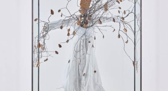 Anselm Kiefer, Daphne, 2016, Glas, Metall, Stoff, Äste und getrocknete Blätter, Franz Marc Museum, Kiefer-Sammlung Grothe, © Anselm Kiefer, VG Bild-Kunst, Bonn 2020, Foto: Collecto.a