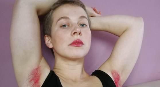 """Trauer in Pink, 2020, Foto: Clara Kaltenbacher (FAUL&HÄSSLICH.) """"Mancherorts gleichen Achselhaare einer Revolution. Arbeitgeber X will mich fotografieren. Für ein Projekt. Über eine berühmte Feministin."""" (Maren Kraus (FAUL&HÄSSLICH.))"""