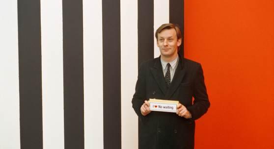 Martin Kippenberger vor einer Wandarbeit von Günther Förg,  Galerie Max Hetzler, Köln 1985 © Foto: Estate Günther Förg, Suisse / VG Bild-Kunst, Bonn 2019