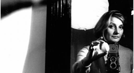 Leonore Mau: Selbstporträt mit Ei und Rolleiflex, Hamburg 1967 © Nachlass Leonore Mau, S. Fischer Stiftung