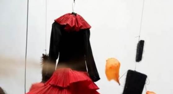 Annette Messager, Motion-Emotion (Detail), 2009–2014, Kleider, Stoff, verschiedene Materialien, Ventilatoren, Goodman Gallery Paris/New York, Foto © Marc Domage, © VG Bild-Kunst, Bonn 2014