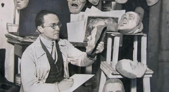 Emil Pirchan mit Masken im Atelier, Berlin ca. 1920, © Sammlung Steffan / Pabst, Leihgeber / Foto: Sammlung Steffan / Pabst