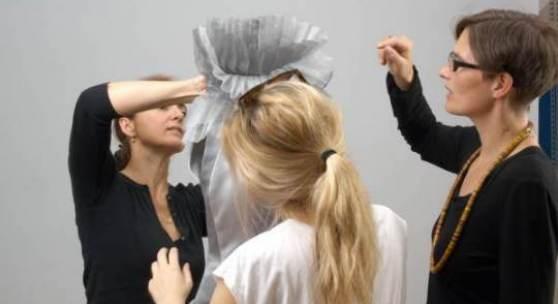 Schüler der Modeschule Michelbeuern bei der Produktion der Kollektion Renessenz (159 KB) © Kunsthistorisches Museum, Wien