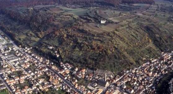 Bruchsal-Untergrombach: Luftbild des Michaelsbergs, dem Namen gebenden Fundplatz der jungneolithischen Michelsberger Kultur. Foto: Regierungspräsidium Karlsruhe