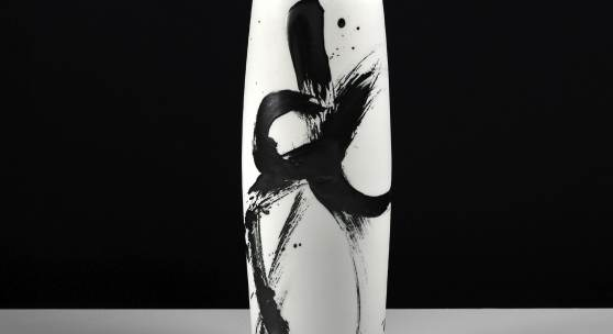 Karin Bablok, Porzellangefäß, 2016, Porzellan, Basaltglasur, 9,5 x 34 x 8 cm, Foto: Robertus Koppies