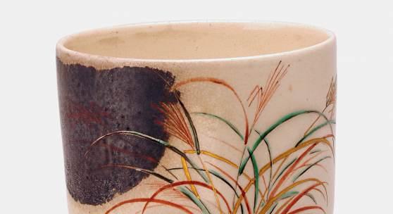 Teeschale (chawan) mit Dekor von Suzuki-Gräsern und Vollmond, Ninsei-Stil, 19. Jh., Steinzeug mit Emailfarben, Gold und Silber, H. 8,5 cm, D. 9,6 cm, Museum für Kunst und Gewerbe Hamburg, Foto: Jörg Arend