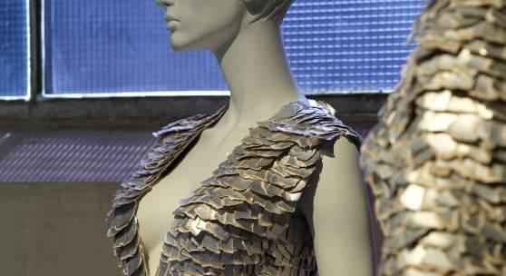 "Die Kreation ""Silver Mosaic"" des Berliner Modekünstlers Stephan Hann. Foto: LWL/Sven Betz"