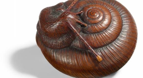 Netsuke einer Schnecke Japan | Edo-Zeit (1603 – 1868) Tadatoshi (ca. 1770 – 1840) Nagoya-Schule | Buchsbaum Breite 3,9cm Taxe: 10.000 – 15.000 Euro