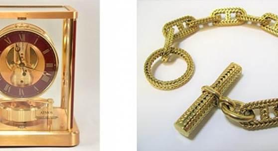 Links: Los 464: Tischuhr, Jaeger LeCoultre, Atmos, vergoldetes Gehäuse, teils rötlich gelackt. Rechts: Los 1711: Designer-Armband, Hermès Paris, Designer George L'Enfant, 1950er Jahre, 750er Gelbgold.