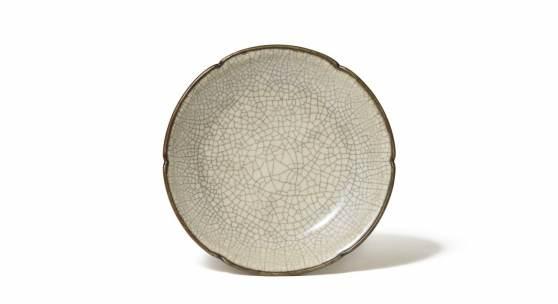 Nr. 385 543 Seltener Ge-Teller China, Südliche Song-Zeit (1127 – 1279) Steinzeug, Ø 14 cm Prov. In den 1920/30er-Jahren im europäischen Kunsthandel erworben Schätzpreis: € 200.000 – 250.000.- Ergebnis: € 1.125.000,-
