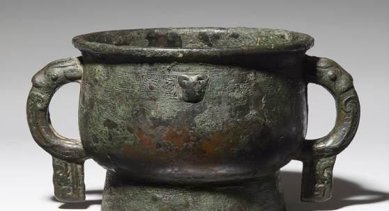 Nr. 391 405 Speisegefäß vom Typ gui Frühe Zhou-Zeit, 12./10. Jh. v. Chr. Bronze, H 15,1 cm; B 29 cm Prov.: Slg. Gottfried und Helga Hertel Schätzpreis: € 5.000 – 7.000,- Ergebnis: € 211.000,-