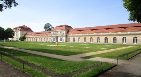 Vor der Sanierung: die Große Orangerie und der Theaterbau (l.) des Schlosses Charlottenburg in Berlin. © SPSG