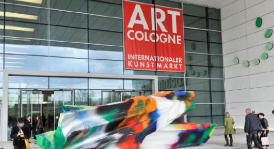 Bild von Katharina Grosse am Eingang Süd der ART COLOGNE 2013 (Bild: Katharina Grosse, Untitled, 2012, acrylic on laminated styrofoam, two parts, 260 × 250 × 750 cm (102.3 × 98.5 × 295.2 inches), unique)