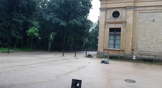 Vom Dach des Nord-Ost-Pavillons des Orangerieschlosses wurden drei Zinkgussvasen gestürzt. © SPSG/FSG