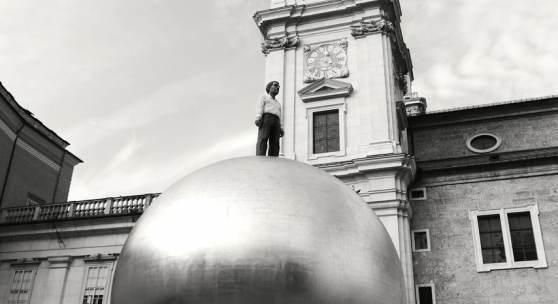 Salzburg Sphaera - eine Skulptur von Stephan Balkenhol am Kapitelplatz 2018 (c) findART.cc Foto frei von Rechten.