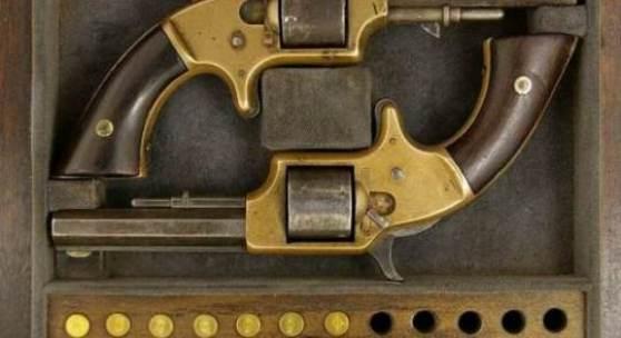 """ID :2206, Ein Paar Springfield Arms Co. Revolver im Kasten, Fünfschüssige. 3 1/8"""" sechsfach gezogene Oktogonläufe, Kaliber .30 RF, einer Revolver auf dem Laufschiene bezeichnet """"Springfield Arms Co. Mass"""", Nr. 3301, und zweiter Revolver Nr. 5157(nach 1863). Bronzerahmen versilbert, Single-Action Abzug, Griffschalen aus Nussbaumholz. Vereinigte Staaten, zweite Hälfte des 19. Jh., Länge je 20 cm (7¼""""). Versilberung berieben. In Deutschland erwerbsscheinpflichtig. Zustand 2, Schätzung:1500(EUR)"""