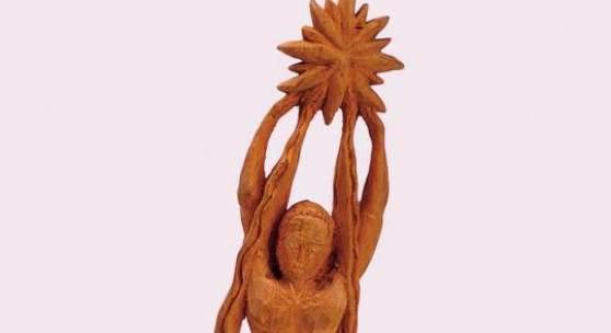 Michael Pankoks, Mann mit einem Stern in seinen Händen, um 1960-1983, Holzskulptur, 32.6 cm (Höhe), Bündner Kunstmuseum Chur, Depositum aus Privatsammlung