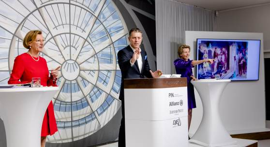 PIN Benefizauktion 2020 11 21 Robert Ketterer versteigert Anpassung von Neo Rauch links Dorothée Wahl rechts Katharina on Perfall LOLLR 8223