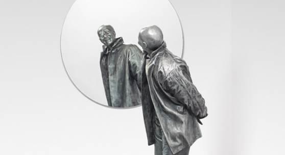 Juan Muñoz* (1953 – 2001) Chino mirándose en espejo redondo, 1999 Polyesterharz, Spiegel Figur: 142 x 48 x 43 cm Schätzpreis: 350.000 – 550.000 €