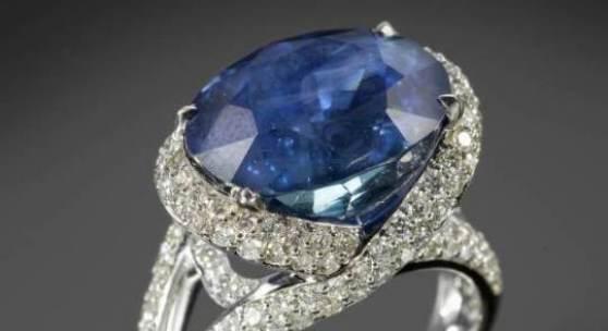 Exklusiver Saphir-Brillant-Ring 18K WG     Schauseite im Zentrum besetzt mit 1 grossen, ovalen und unerhitzten Saphir von ca. 13.88 ct., Farbe: Royal blue. Herkunft: Burma (Myanmar). Fassung und Ringschultern verziert mit vielen Pavé-Brillanten. RW 53, 9.1 g.     CHF 52'000 / 55'000 EUR 40'000 / 42'308 USD 57'778 / 61'111
