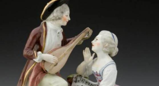 Kaiserliche Porzellanmanufaktur Wien Sängerin mit Lautenspieler, 1760/65 Unterglasurblauer Bindenschild, Bossierer: P, Höhe 19 cm Uměleckoprůmyslové Museum, Prag