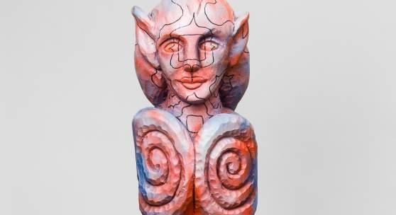 Elisabeth von Samsonow, Aurora, 2010. Skulptur, Technik: Linde, Acryl, Filzstift. Foto: ZEIT KUNST NIEDERÖSTERREICH / Christoph Fuchs