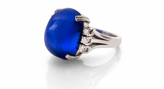 """Ring mit bedeutendem Kaschmir-Saphir 22,80 ct, """"Royal blue"""", Cabochonschliff Schätzpreis: € 400.000 – 600.000,- Ergebnis: € 930.000,-"""