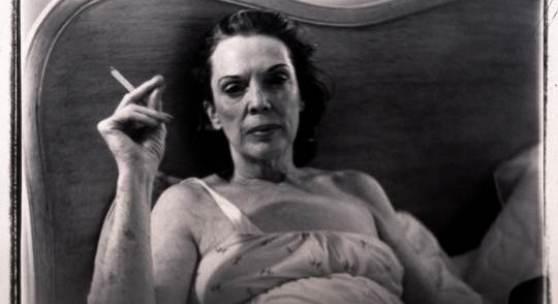 Marilyn Minter Mom Smoking, 1969-1995 Aus der Serie Corel Ridge Towers, 1969-1995 Schwarz-weiß Fotografie 103 x 123 cm © Courtesy of Andréhn-Schiptjenko