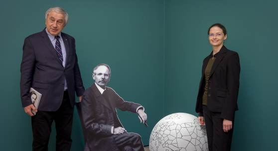 """Gerald Schöpfer (wissenschaftlicher Leiter) und Astrid Aschacher (Kuratorin) in der Ausstellung """"Waldheimat und Weltwandel"""", Foto: UMJ/N. Lackner"""