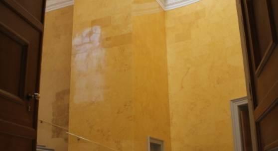 Die rekonstruierte Gelbe Treppe, wie sie sich dem Eintretenden darstellt. Copyright © 2021 Blog der Bayerischen Schlösserverwaltung