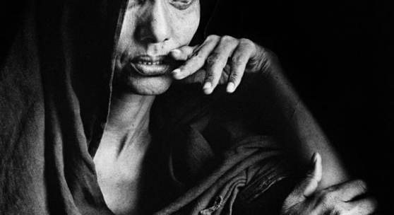 Sebastião Salgado Goundam region. This woman blinded by sandstorms and chronic eye infections, has reached a refugee camp. Mali, 1985 Fotografie, 60 x 50 cm / 23.6 x 19.6 inches Schätzpreis: € 6.000-8.000