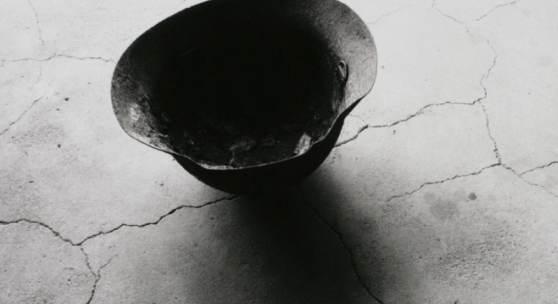 Shomei Tomatsu, Stahlhelm mit durch die Atombombe eingeschmolzenem Schädelknochen, Nagasaki, 1963, Tokyo Metropolitan Museum of Photography, Copyright: Shomei Tomatsu ‒ INTERFACE, courtesy Taka Ishii Gallery, Tokyo