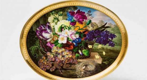 Signiertes Tablett mit Blumenkorb, Trauben und Vogelnest, Schätzpreis:40.000 - 60.000 EUR Zuschlagspreis:64.000 EUR