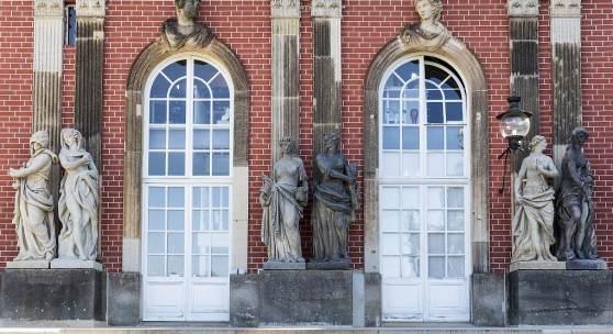 Restauriert: Skulpturen am Hofdamenflügel des Neuen Palais. Foto: SPSG/Will