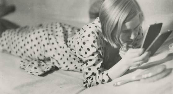 Freizeit eines arbeitenden Mädchens, Berlin 1933 Marianne Breslauer (1909-2001), 1933/34 Silbergelatine Abzug, 17,0 x 23,5 cm Fotostiftung Schweiz, Inv-Nr. GoeV.1999.01 © Marianne Breslauer / Fotostiftung Schweiz
